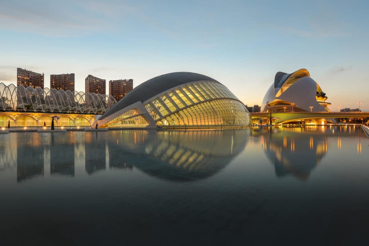 La Ciudad de las Artes y las Ciencias (en valenciano y oficialmente Ciutat de les Arts i les Ciències) es un complejo arquitectónico, cultural y de entretenimiento de la ciudad de Valencia (España).
